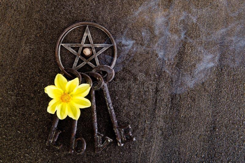 Wierook het branden in grijs metaal pentagram met liefdesleutelring op sla royalty-vrije stock foto