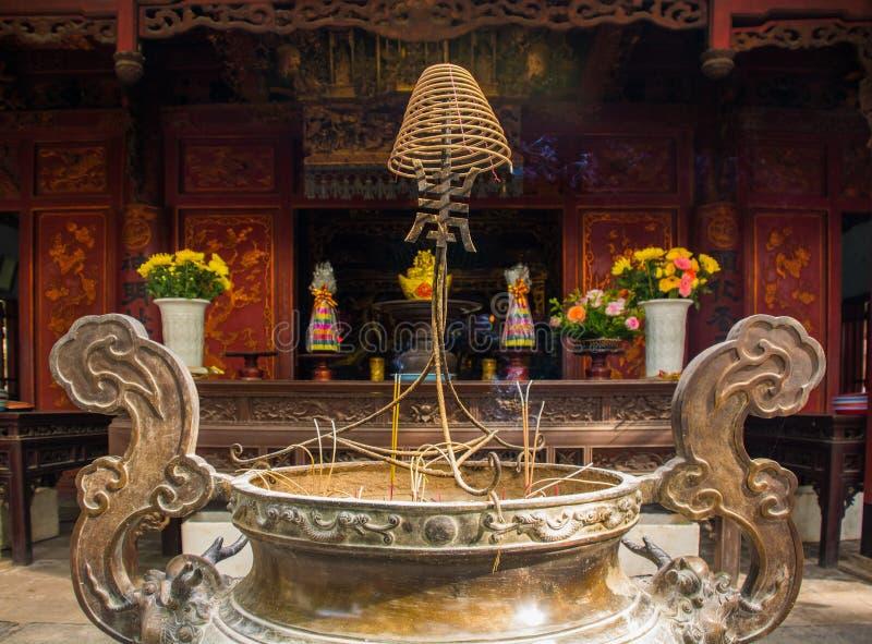 Wierookbrander in Quan Thanh Temple stock afbeelding