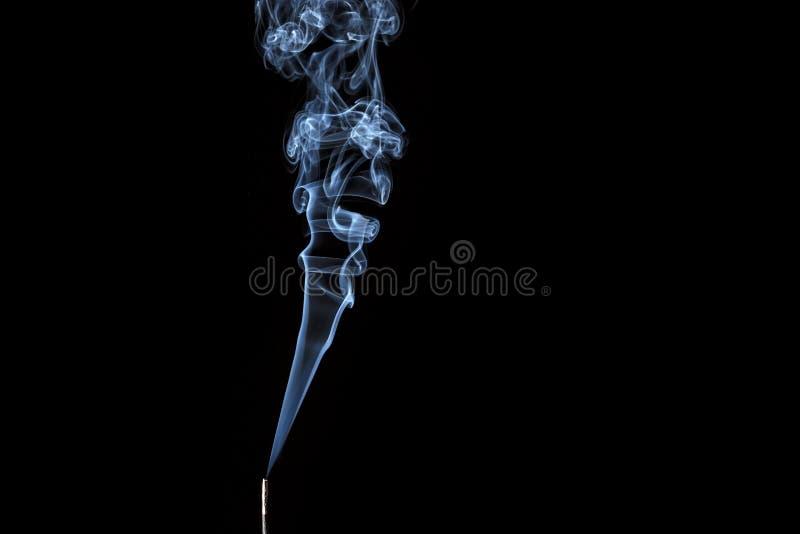 Wierookstok met rook tegen zwarte achtergrond royalty-vrije stock foto's