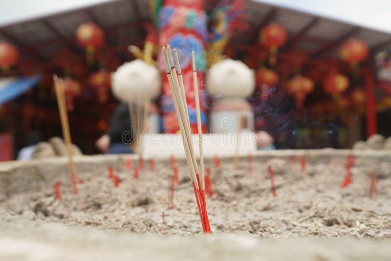 Wierookstok in zandpot bij Chinese tempel royalty-vrije stock afbeeldingen