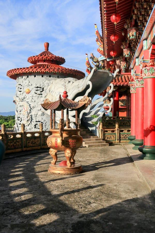 Wierookvat in Chinese boeddhistische tempel stock foto