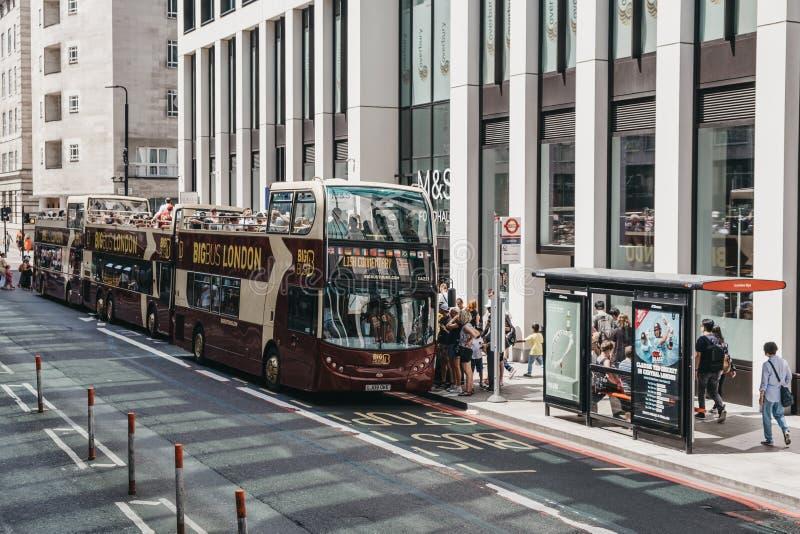 Wiersz Big Bus otwiera najlepsze autobusy wycieczkowe na trasie w Central London, Wlk. Brytania obraz stock