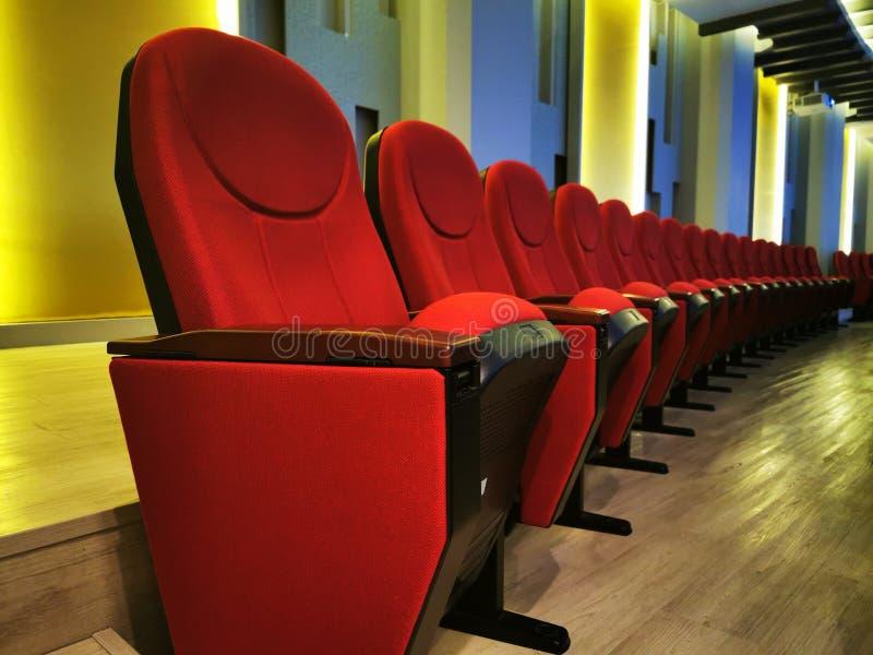 Wiersz wielkiego czerwonego krzesła do oglądania filmów w kinach lub kinach zdjęcie stock