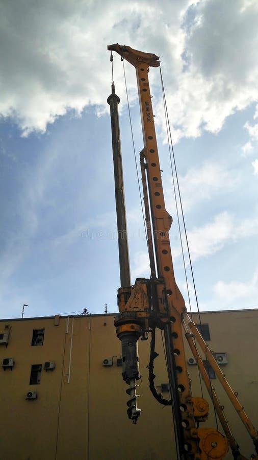 Wiertnica przy pracy na budowie. Pionowo widok zdjęcia royalty free