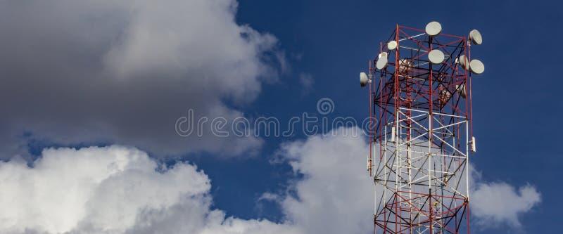 Wierza bezprzewodowy internet Niebieskie niebo z chmurami w tle z kopii przestrzenią dla sumującego teksta zdjęcia royalty free