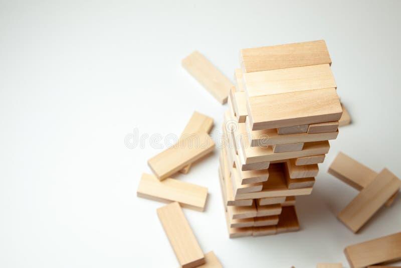Wierza drewniani bloki na szarym tle Gra planszowa dla przyjęcia lub całej rodziny Pojęcie budynku biznes lub budynek drużyna fotografia stock