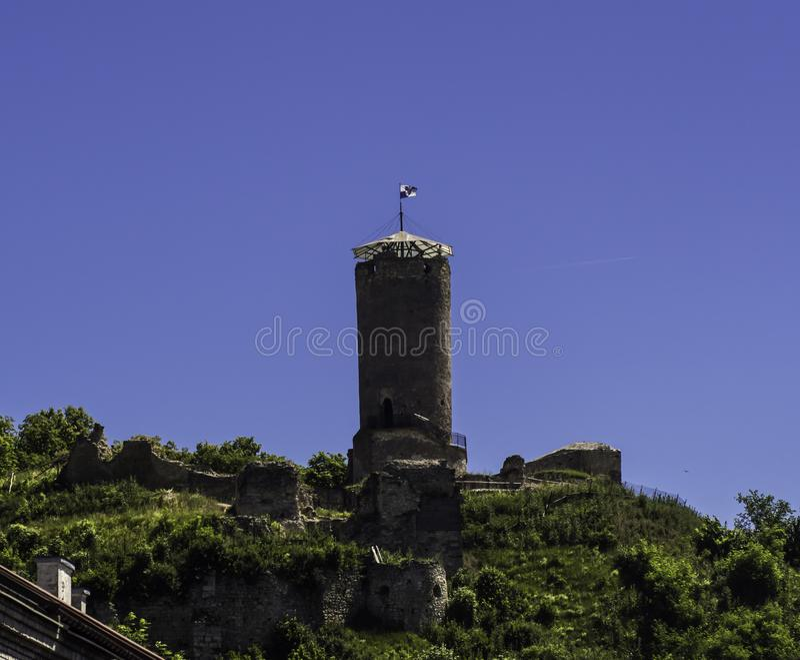 Wierza historyczny kasztel na wzgórzu przeciw niebieskiemu niebu obrazy royalty free