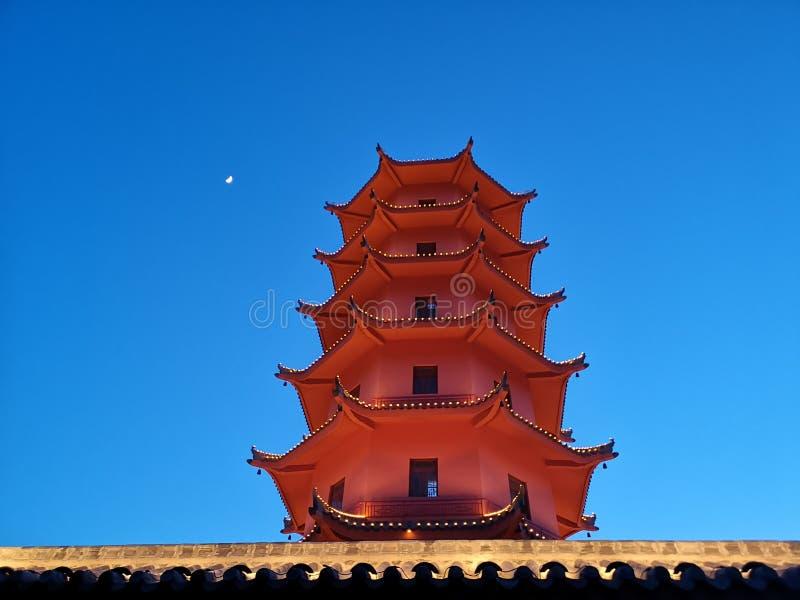 Wierza i księżyc pod niebem przy pyłem zdjęcie stock