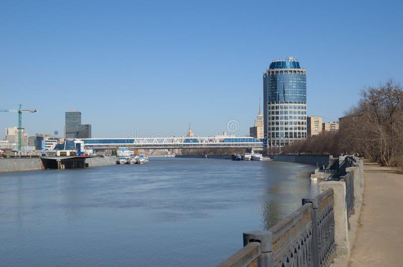 Wierza 2000 i most handlowy i zwyczajny «Bagration «w Moskwa, Rosja fotografia stock