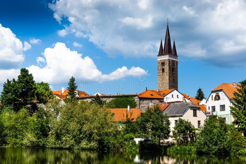 Wierza kościół Święty duch Telc miasto Unesco ?wiatowego Dziedzictwa Miejsce Po?udniowy Moravia, republika czech obrazy stock