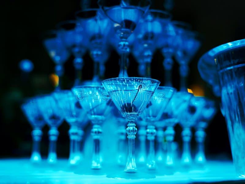 Wierza koktajli/lów szkła dla barmanu przedstawienia zbliżenia fotografia royalty free