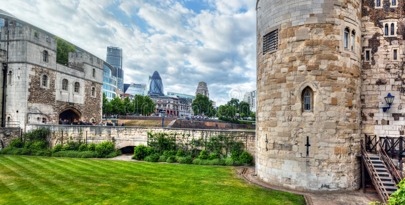 Wierza Londyn i dzielnica miasta z korniszonu drapaczem chmur UK obraz royalty free