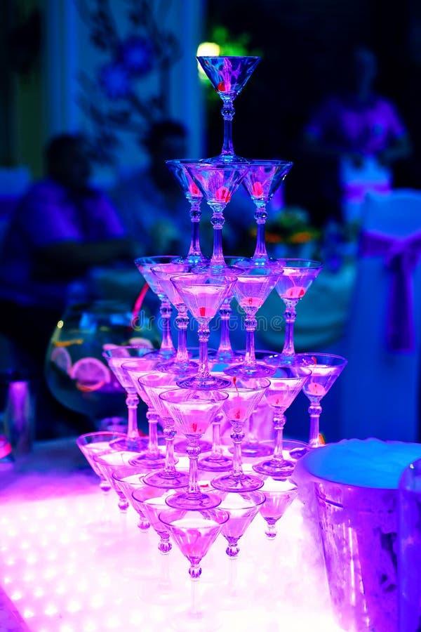 Wierza Martini szkła w restauraci z pozafioletową iluminacją obraz royalty free