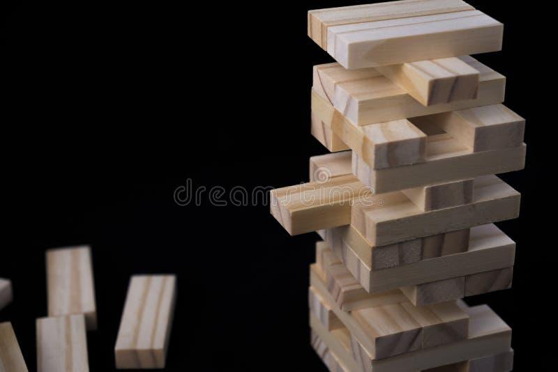 Wierza od drewnianych bloków bawi się z czarnym tłem Uczenie i rozwoju pojęcie zdjęcia stock