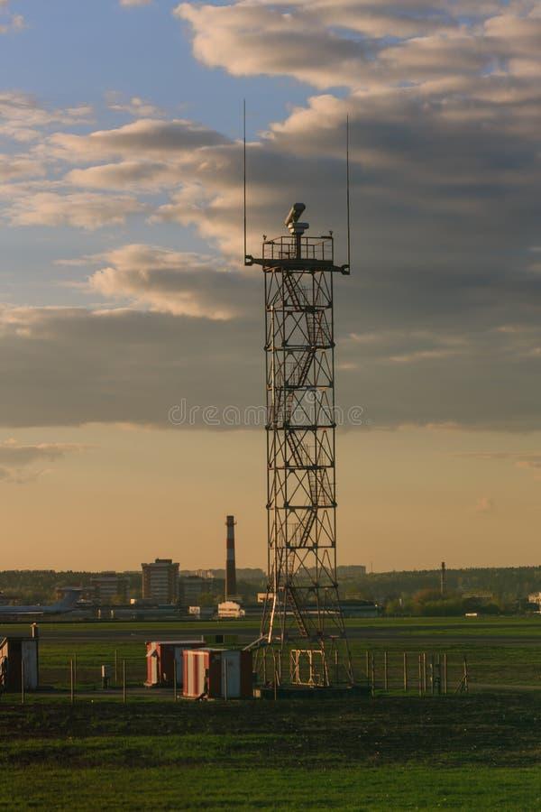 Download Wierza przy lotniskiem obraz stock. Obraz złożonej z lotnictwa - 53788663