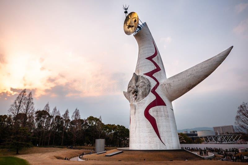 Wierza słońce, sławny punkt zwrotny w expo «70 pamiątkowym parku osaka kolory kszta?tuj? teren wibruj?cego czerwonego zmierzch zdjęcia royalty free