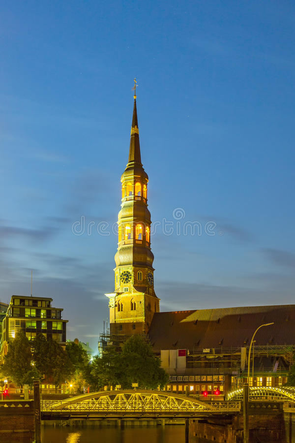 Wierza St Catherine kościół w Hamburg fotografia stock