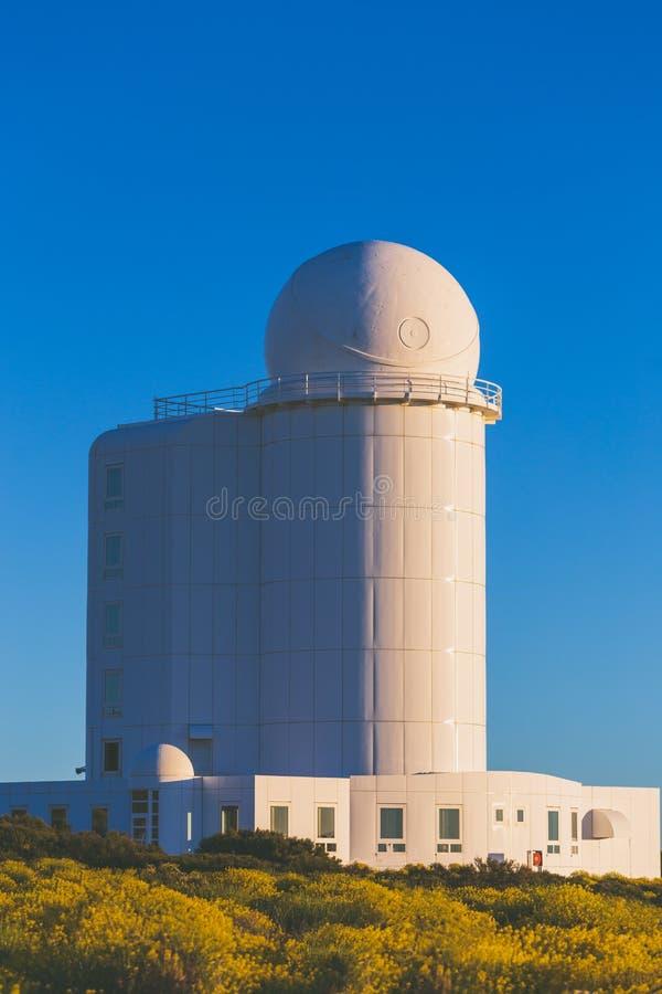 Wierza teleskop w astronomicznym obserwatorium na Tenerife wyspie obrazy stock