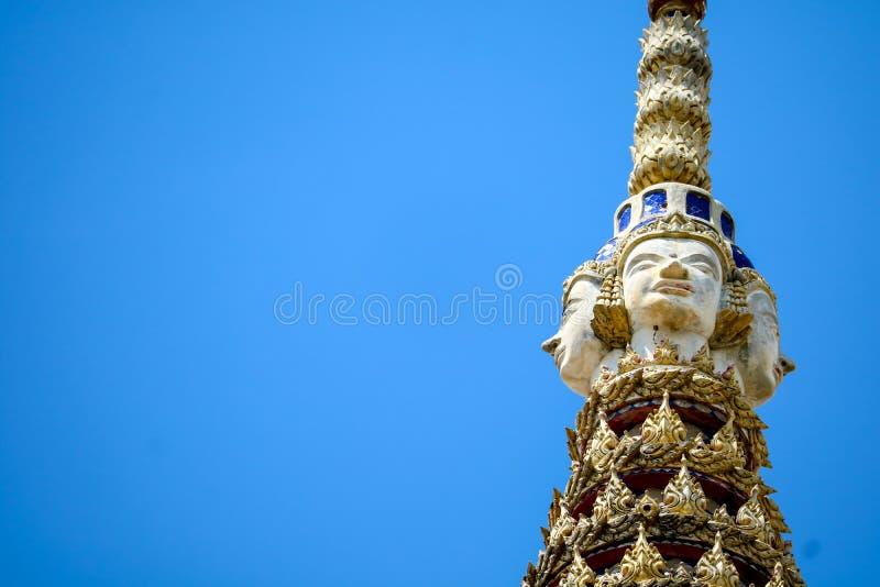 Wierzchołek pagoda jest statuą Brahma wizerunku abd niebieskie niebo obrazy stock