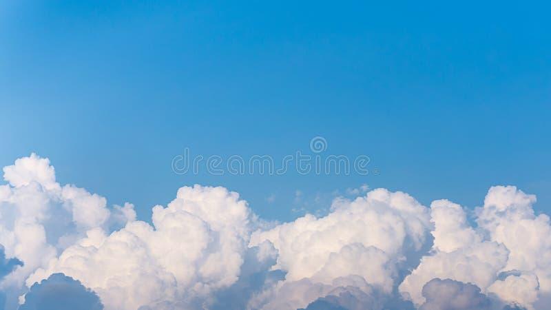 Wierzcho?ek bia?y puszysty niebieskiego nieba t?o i chmury fotografia stock