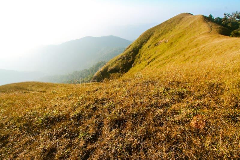 Wierzchołek góra jest wysoki niż chmury fotografia royalty free