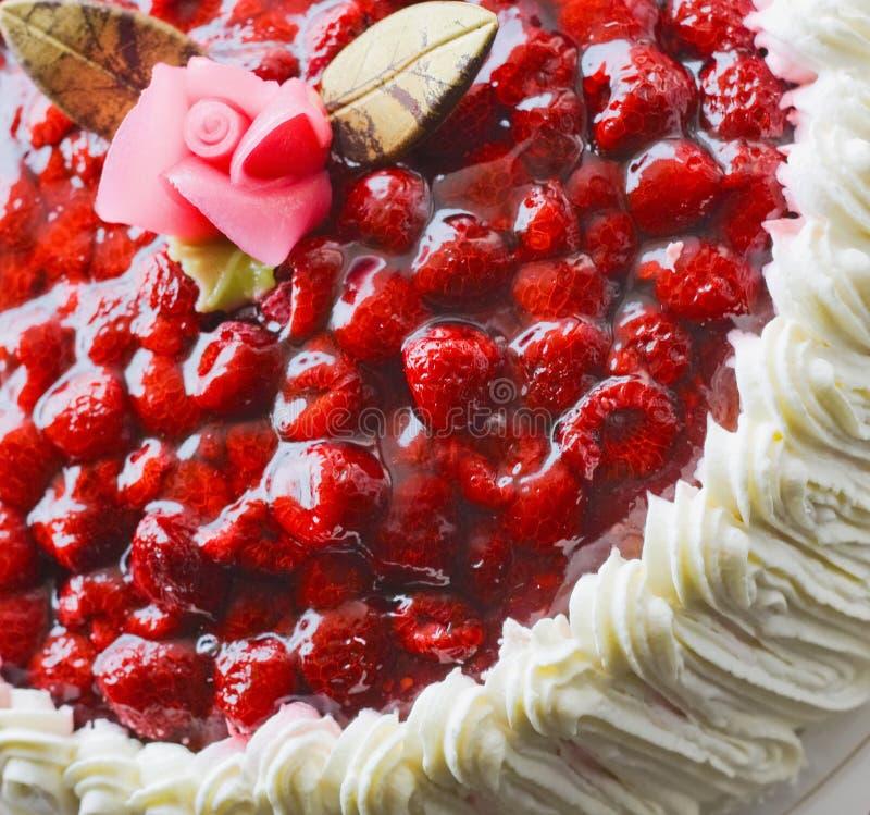 Wierzchołek kremowi tort, śmietanka i malinka zdjęcia royalty free