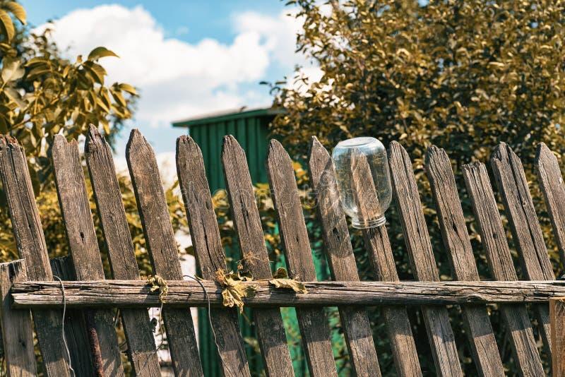 Wierzchołek stary drewniany ogrodzenie i niebo przy tłem zdjęcia stock