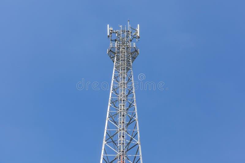 Wierzchołek teletechniczny wierza z niebieskiego nieba tłem zdjęcie stock