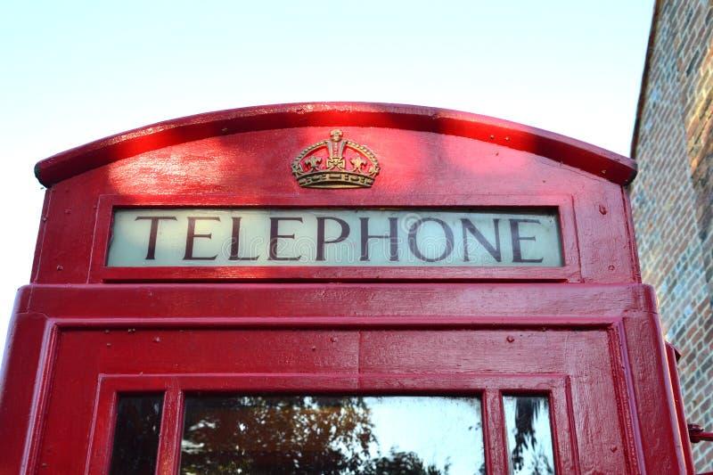 Wierzchołek typowy telefoniczny pudełko w Anglia UK obrazy stock