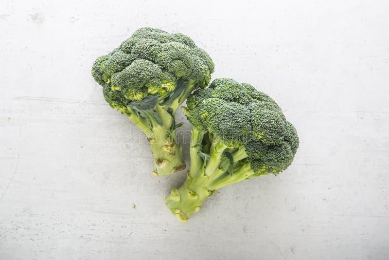 Wierzchołek widoków świezi brokuły na bielu betonu tle obraz stock