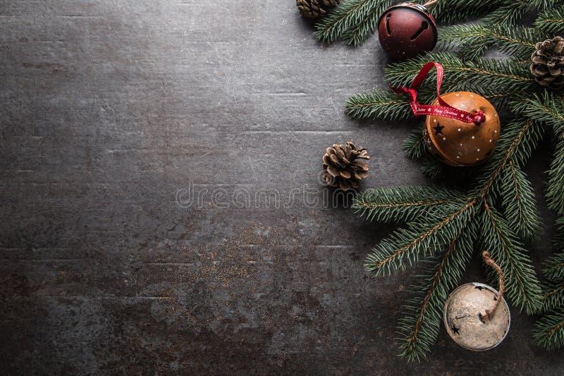 Wierzchołek widoków bożych narodzeń dekoracji dźwięczenia dzwonów jedlinowego drzewa sosnowi rożki na bezpłatnym betonowym tle obrazy stock