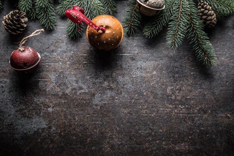 Wierzchołek widoków bożych narodzeń dekoracji dźwięczenia dzwonów jedlinowego drzewa sosnowi rożki na bezpłatnym betonowym tle obrazy royalty free