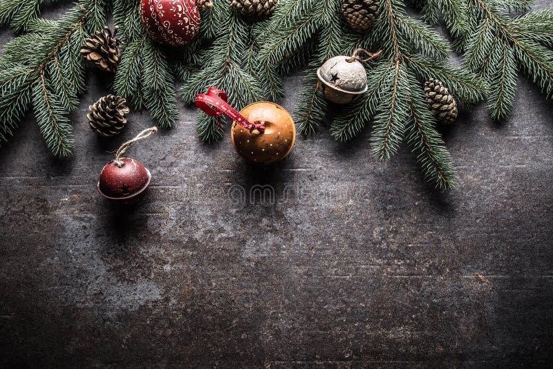 Wierzchołek widoków bożych narodzeń dekoracji dźwięczenia dzwonów jedlinowego drzewa sosnowi rożki na bezpłatnym betonowym tle obraz stock