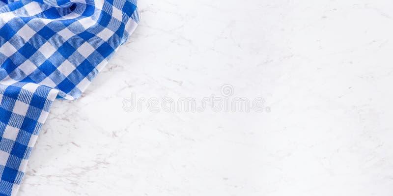 Wierzchołek widoku błękitny w kratkę tablecloth na bielu marmuru stole fotografia royalty free