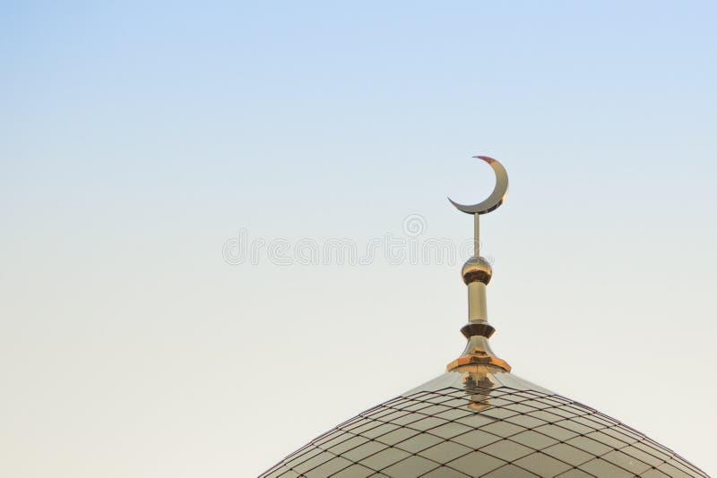 Wierzchołek złoty minaret z symbolem islam jest narastającym księżyc złota półksiężyc księżyc Wyprostowywa w ramie zdjęcia royalty free