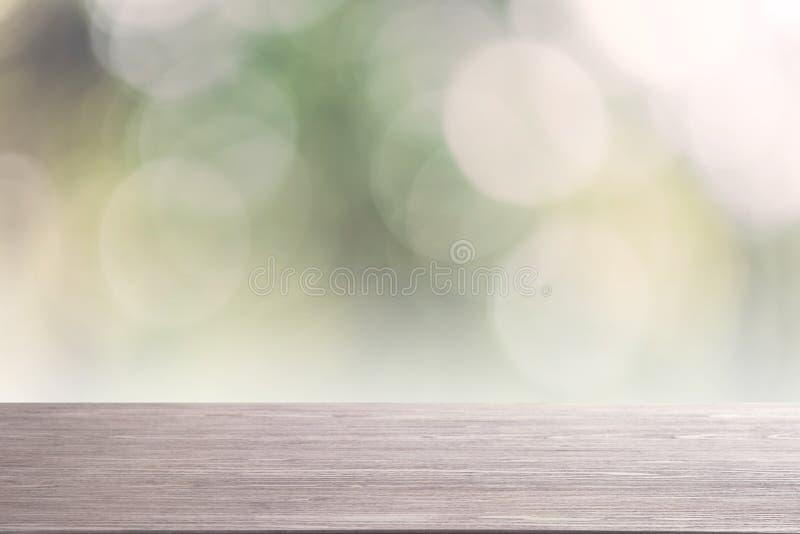Wierzchołka drewna pusty stół na zamazanym abstrakcjonistycznym natury tle fotografia stock