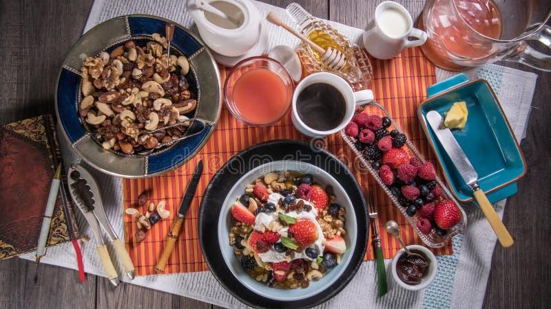 Wierzchołka puszka widok śniadanie jogurt, zboża, jagody i suche owoc, zdjęcie royalty free