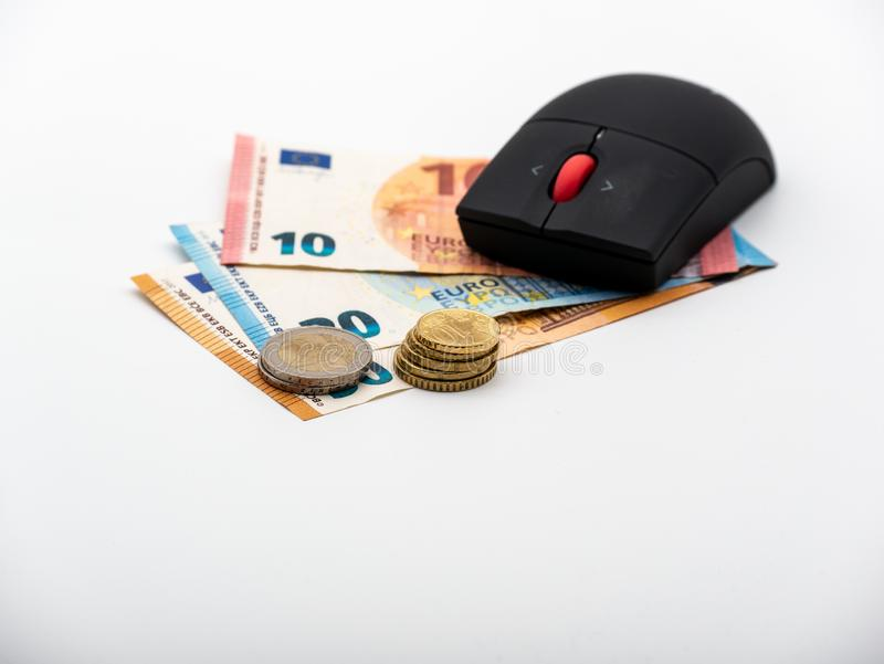 Wierzchołka puszka widok na Komputerowej myszy na pieniędzy rachunkach obrazy royalty free