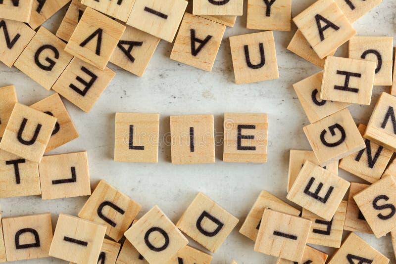 Wierzchołka puszka widok, stos kwadratowi drewniani bloki z słowem kłamstwo na białej desce zdjęcie royalty free