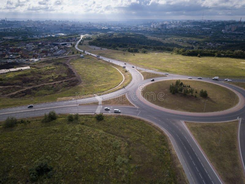 Wierzchołka puszka widok z lotu ptaka ruchu drogowego rondo na głównej drodze obraz royalty free