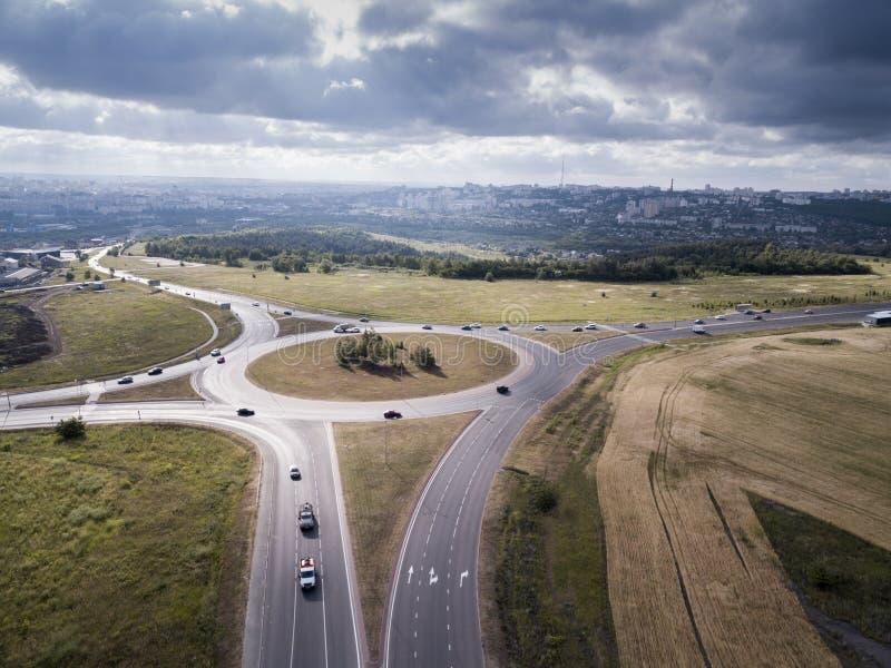 Wierzchołka puszka widok z lotu ptaka ruchu drogowego rondo na głównej drodze zdjęcie royalty free