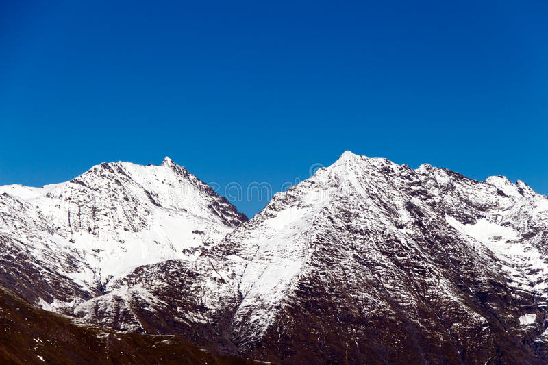 Wierzchołki góry zakrywać z śniegiem zdjęcie stock
