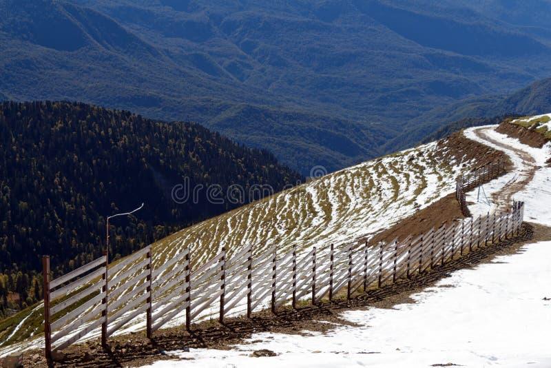 Wierzchołki góry zakrywać z śniegiem Skłony są thic obrazy stock