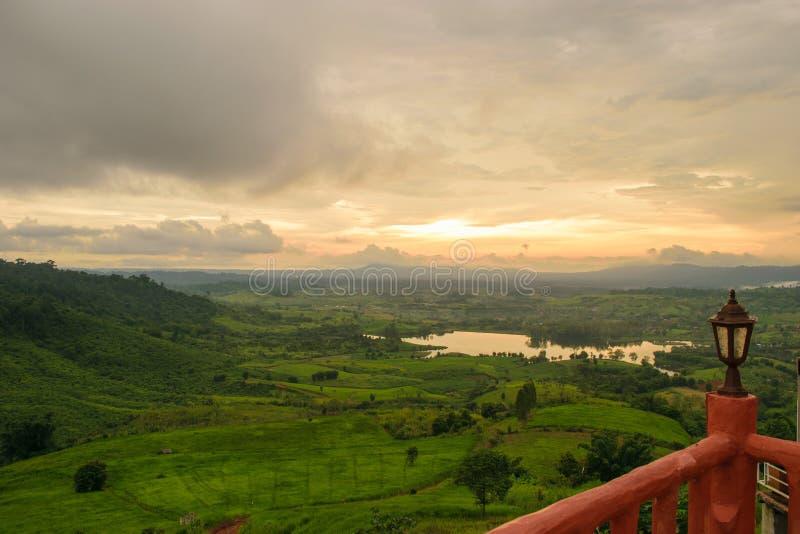 Wiese und Sonnenuntergang lizenzfreies stockfoto
