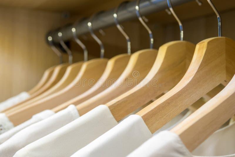Wieszaki z białymi koszula z rzędu zdjęcie stock