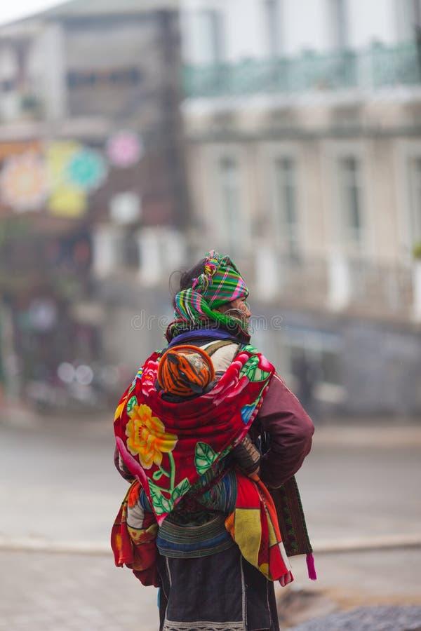 Wietnam Czarna Hmong kobieta z dzieckiem w Sapa obraz royalty free