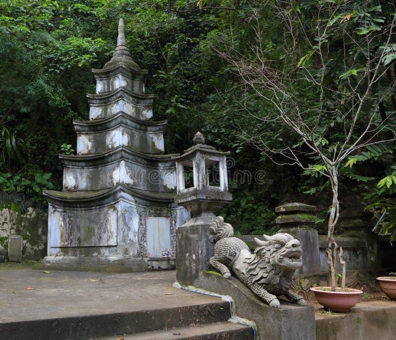 Wietnam, Danang marmur góry Styczeń 2017: Mała pagoda i kamienny lew w powikłanych strukturach Marmurowa góra fotografia stock