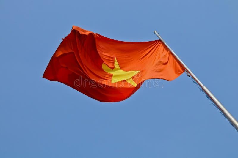 Wietnam flaga państowowa latanie w niebieskim niebie zdjęcia royalty free