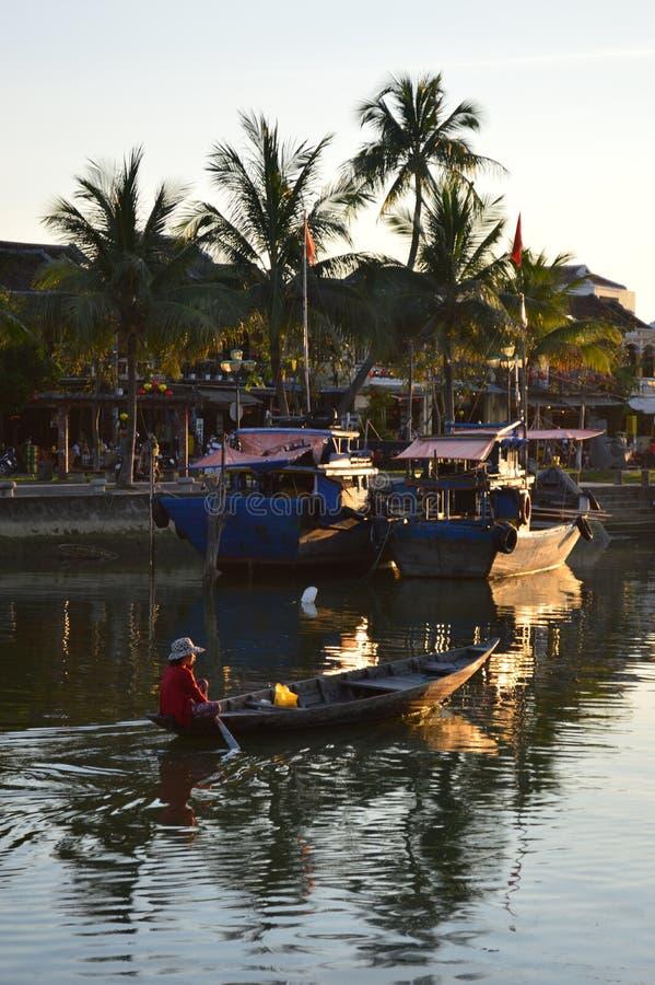 Wietnam, Hoi - miejsce przeznaczenia sceniczny łodzie rybackie na Thu bonu rzece przy zmierzchem zdjęcie stock