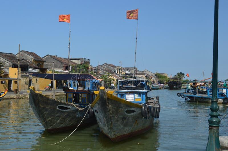 Wietnam, Hoi - miejsce przeznaczenia sceniczny wielkie łodzie rybackie na Thu bonu rzece obraz stock